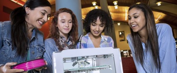 students-using-3d-printer-in-library